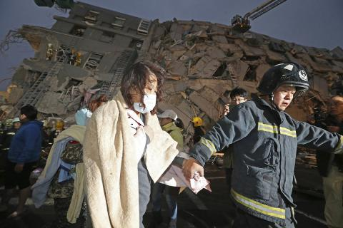 Taiwan earthquake: two survivors pulled from rubble after more than 48 hours (PHOTO)