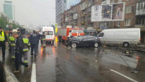 Dacia Logan flips over trolleybus wires when a BMW hits power line pole in Kyiv (PHOTO)