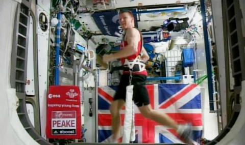 Astronaut Tim Peake completes London Marathon in space (VIDEO)