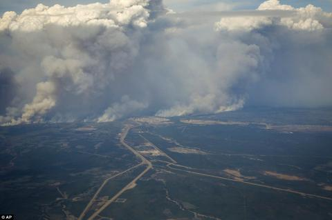 Raging fire threatens to reduce Canadian city to ashes, engulf airport (PHOTO)