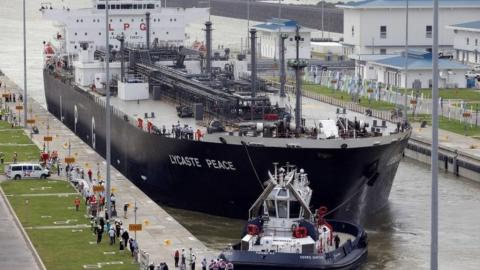 Chinese ship collides with the wall of Panama Canal