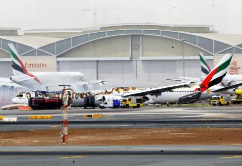 Emirates jet caught fire after landing in Dubai (VIDEO)