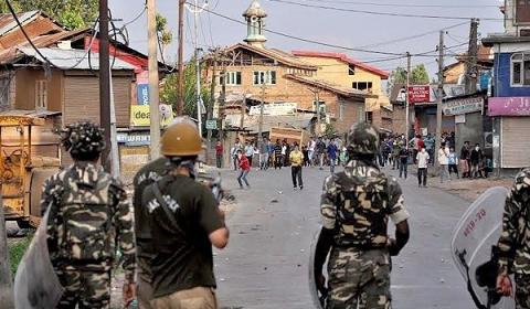Indian law enforcers drop curfew in most of Kashmir, businesses remain closed