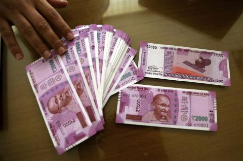Chaos at Indian banks continue as two most widespread notes withdrawn