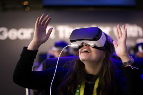 Studying altruism through virtual reality