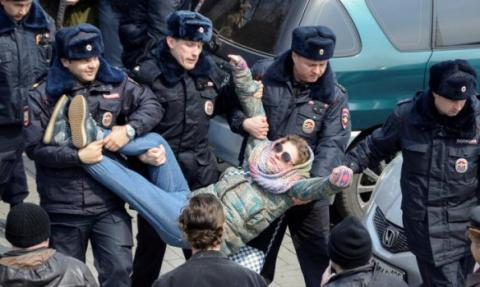 Russian police arrests at least 1000 protesters at anti-corruption rallies in Moscow (Video)