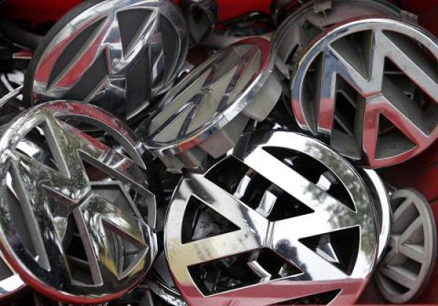 Volkswagen tops face probe on misleading shareholders