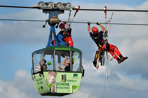 76 rescued from cable cars suspended over Rhine river in Germany (VIDEO)