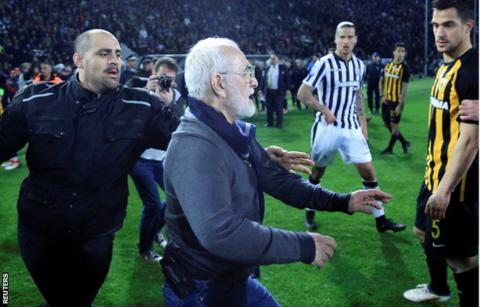 PAOK Salonika president invades pitch with gun