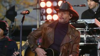 US country music star collapses on stage
