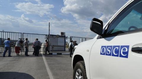 Armed Donbas militants threaten OSCE SMM with rifles near Kremenets
