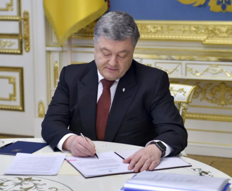 Poroshenko signs bill on territorial community joining to cities of regional significance