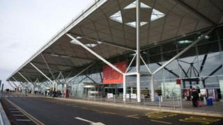 Hundreds wait hours in Stansted Airport baggage 'chaos'