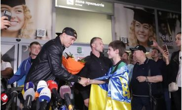 Boxing: Usyk gets home, greeted at Kyiv airport