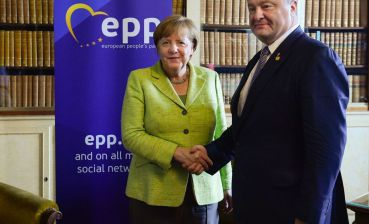 Poroshenko and Merkel agree on continuing consultations in Normandy format