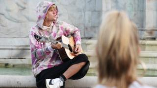 Justin Bieber serenades Hailey Baldwin outside Buckingham Palace