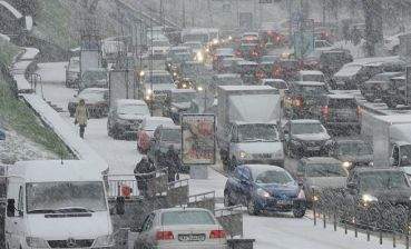 300 car accidents happen due to snow in Kyiv