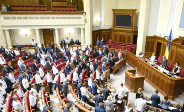 Parliament observes moment of silence for deceased in Dignity Revolution