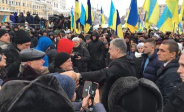 Poroshenko arrives at Sofiyivska Square where people wait for decision of Unification Assembly
