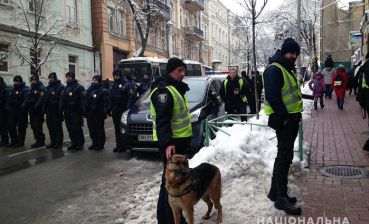 Police detain armed people near Saint Sophia