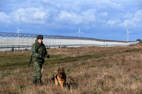 Russia builds up fence on administrative border with Crimea, - photo