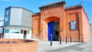 Nottingham Prison inmate cuts prison officer
