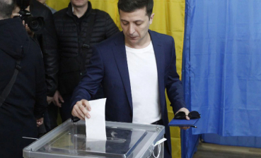 Volodymyr Zelensky votes in one polling station of Kyiv