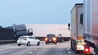 M25 crash: Jackknifed lorry causes motorway closure