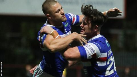 Super League: Wakefield Trinity win 19-10 to relegate London Broncos