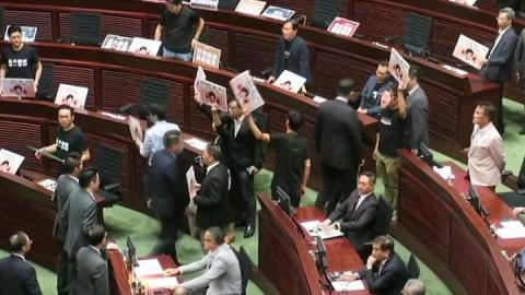 Hong Kong: Hecklers dragged out in new parliament chaos