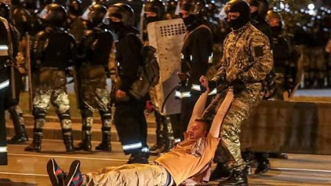 Belarus election: Second night of clashes over disputed poll